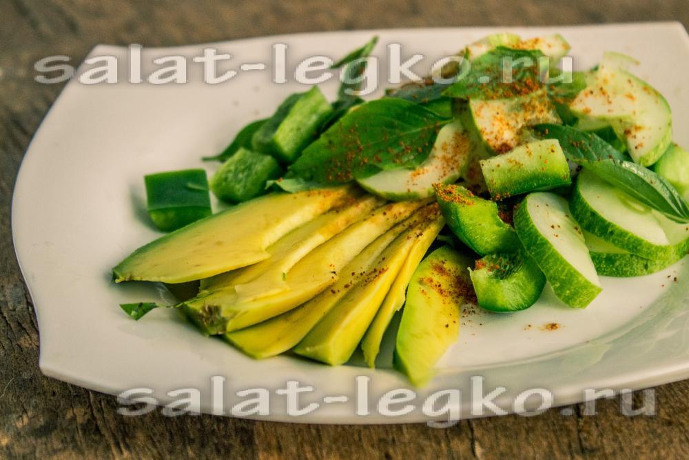 Салат из авокадо с красным перцем