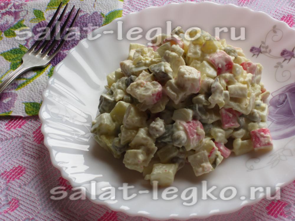 Салат с крабовых палочек с соленым огурцом