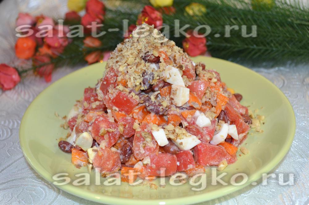 Салат с красной фасолью и помидорами с чесноком