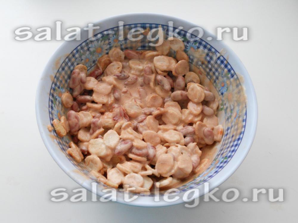 рецепт салата из красной фасоли и сухариков