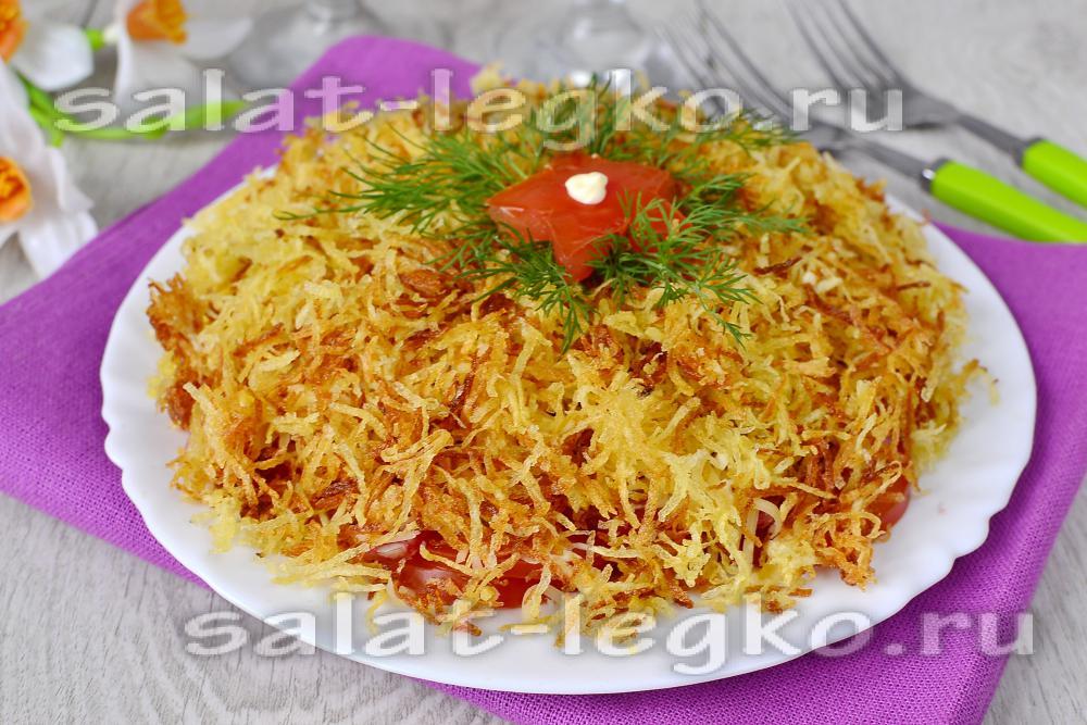 Салат с крабовыми палочками и жареным луком