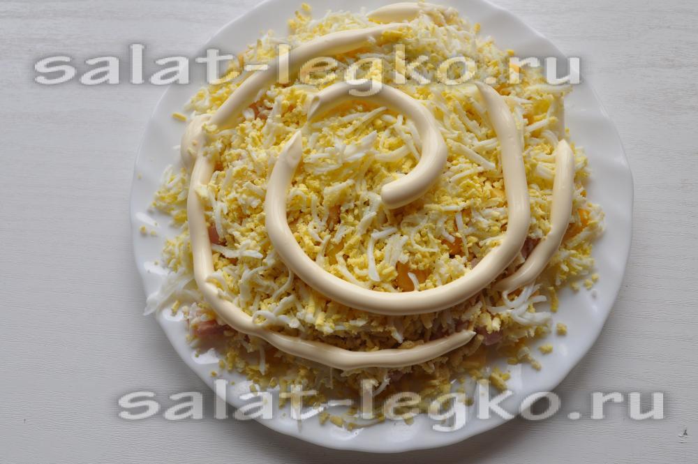 Салат с яичными блинчиками и курицей: рецепт с фото