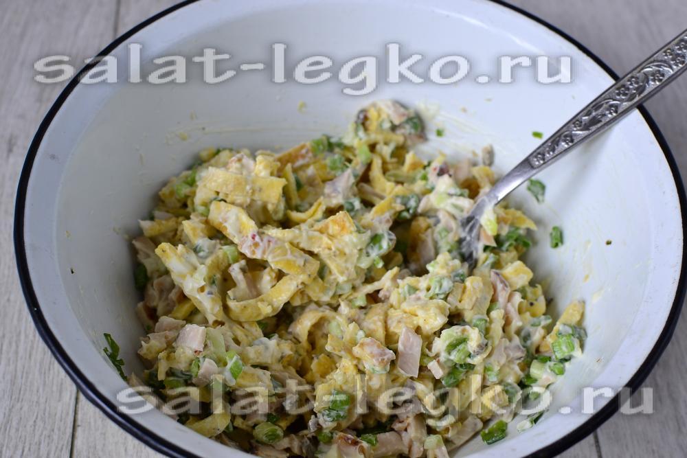 Салат из яичных блинов с ветчиной