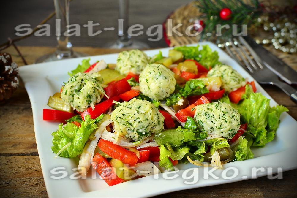 Салат с копченым окорочком и с чипсами