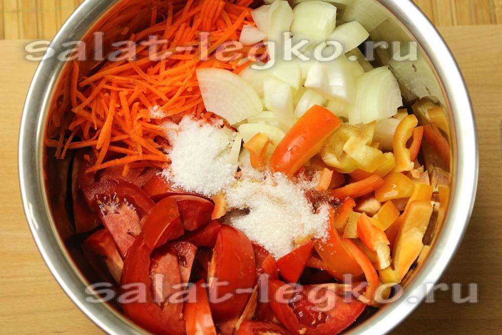 Салат из перца помидоров и капусты с луком