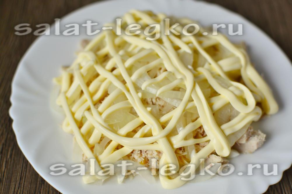 Салат курица с ананасами слоями с луком