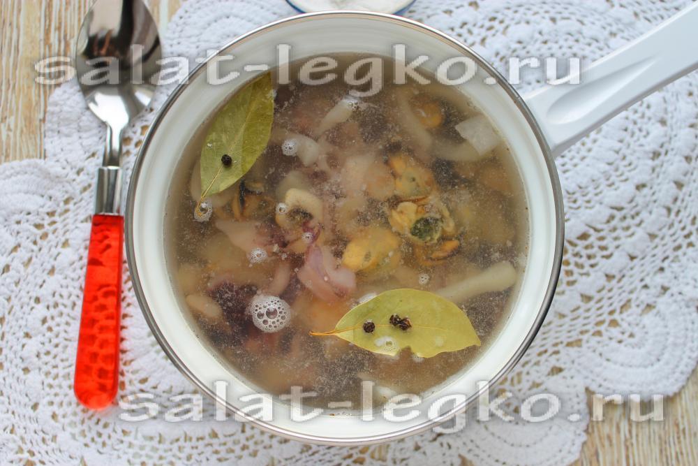 Салат с кальмаром и огурцом и крабовыми палочками рецепт с 136