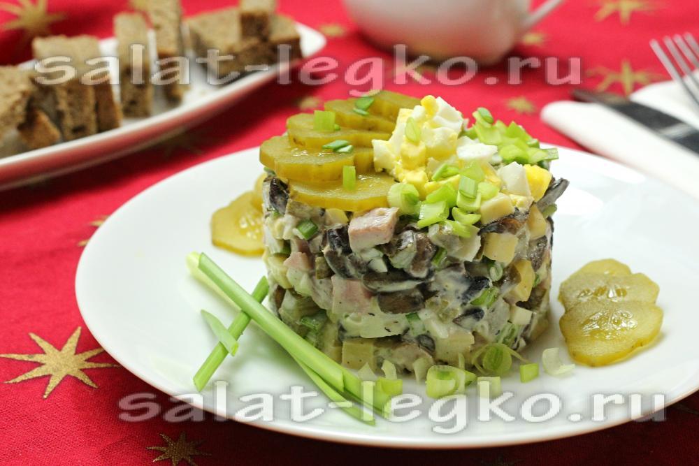 Салат с кукурузой и жареными яйцами