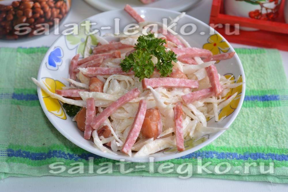 салат с капустой и жареной колбасой