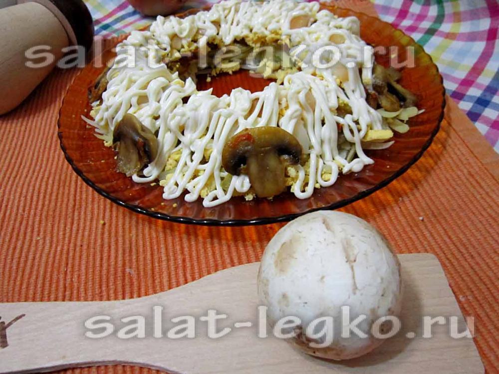 Салат с кальмарами и грибами слоеный рецепт с