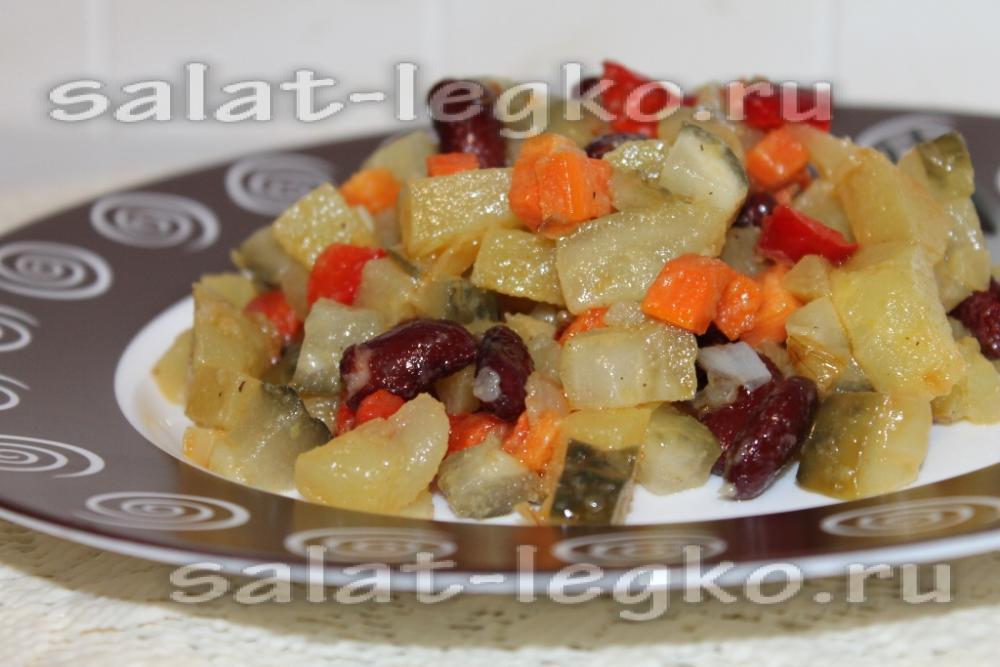 Салат с курицей грибами и фасолью консервированной