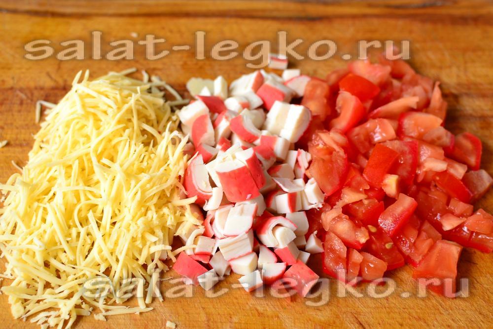 Салат из помидор и крабовых палочек и сыра кукурузы