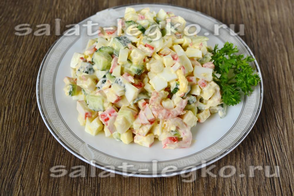 Салат морской коктейль с креветками и кальмарами крабовыми палочками