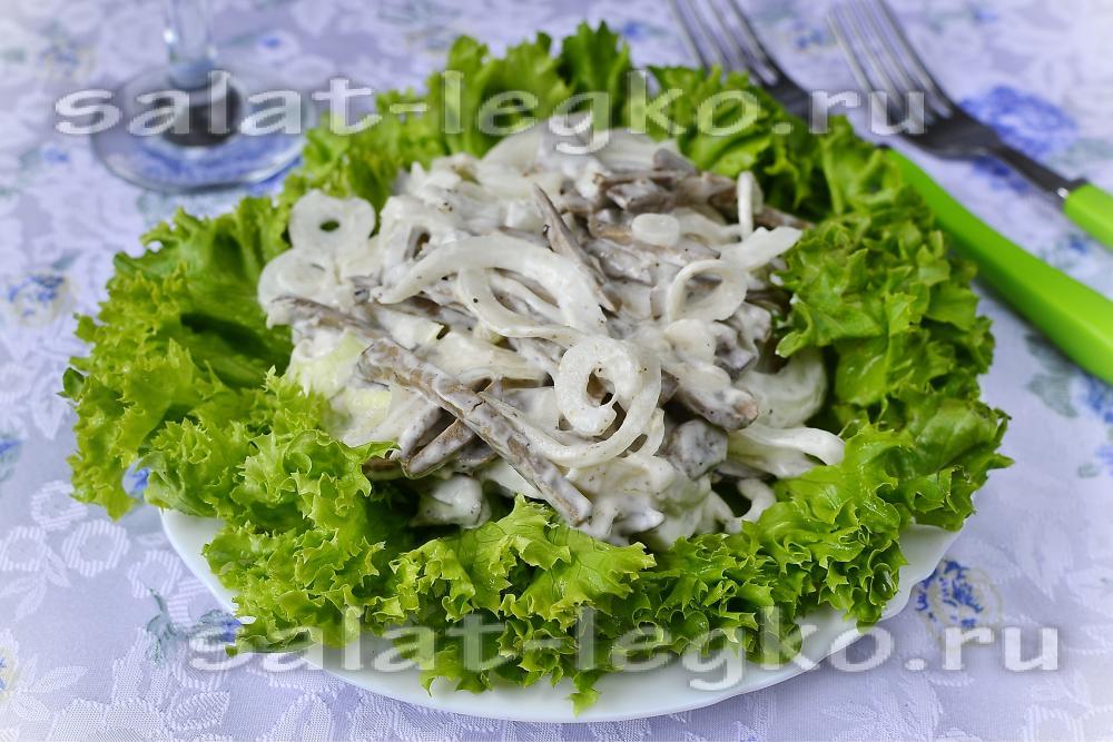 Салат из печени с маринованным луком и яйцом