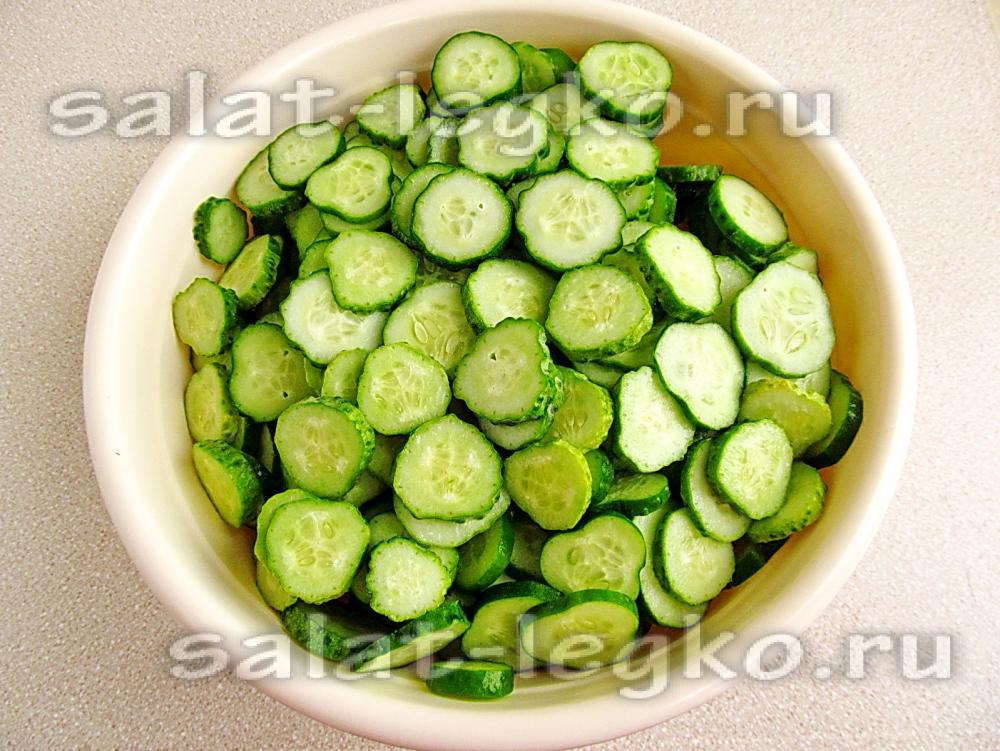 Салат из огурцов и лука и чеснока на зиму