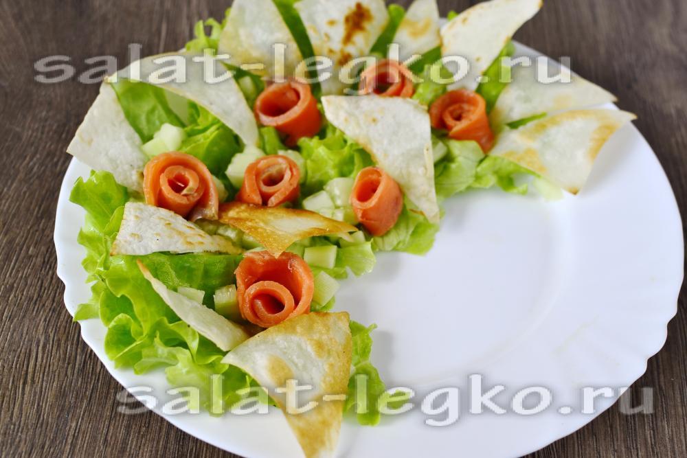 рецепт салат соленой семгой и огурцом