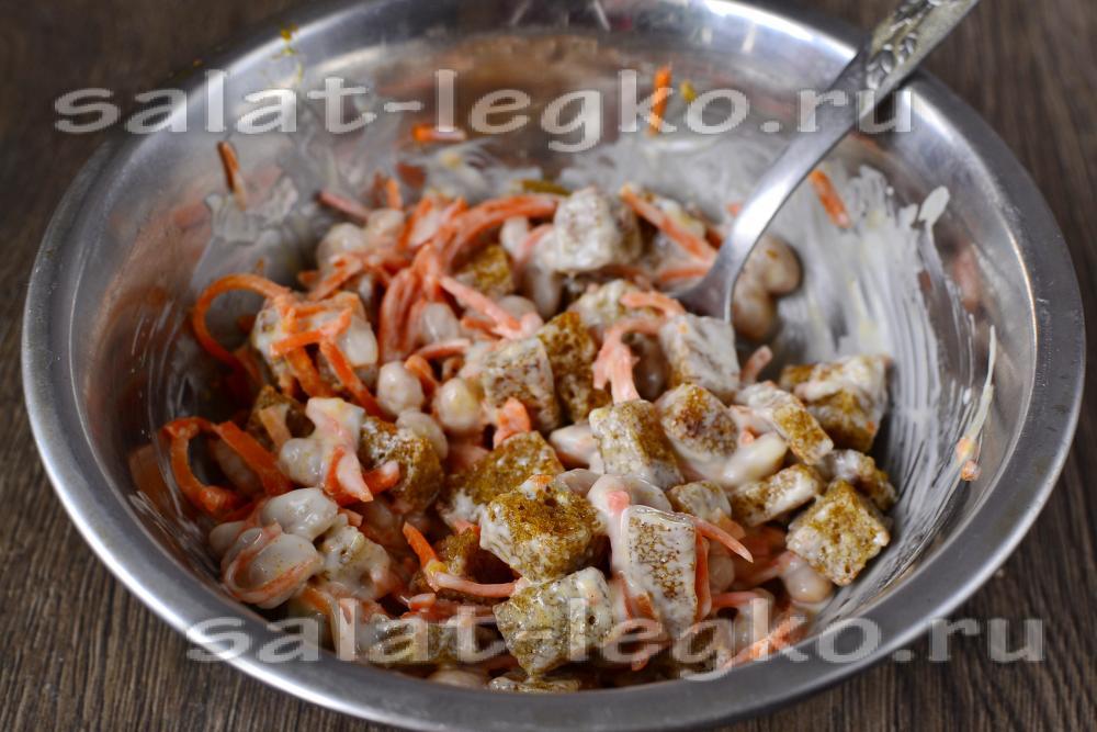 Салат с фасолью и сухариками и колбасой морковью рецепт с