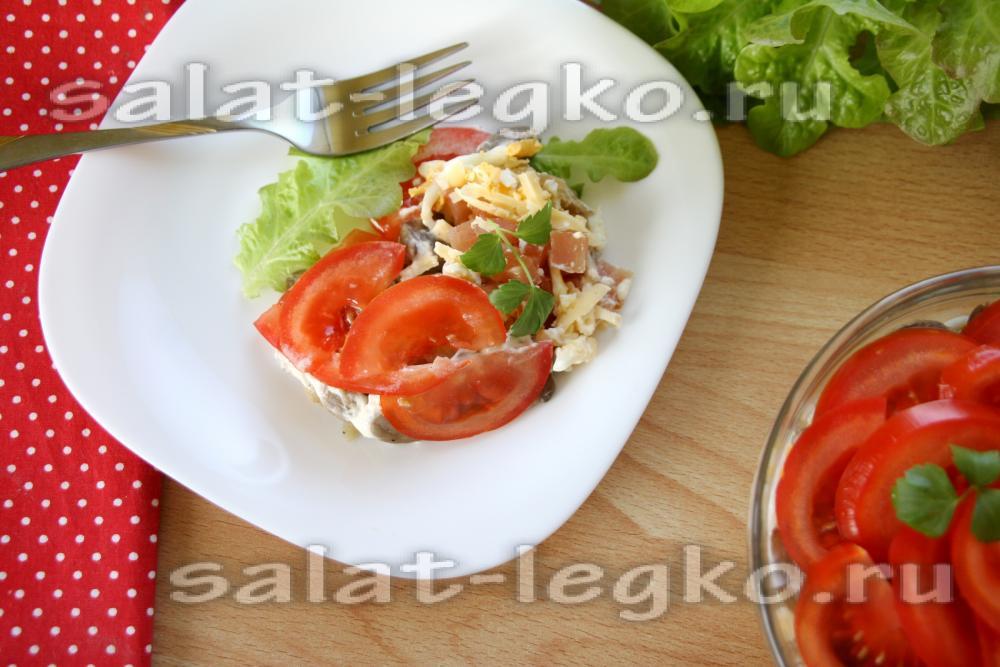 рецепт салата с копченой грудкой и помидорами