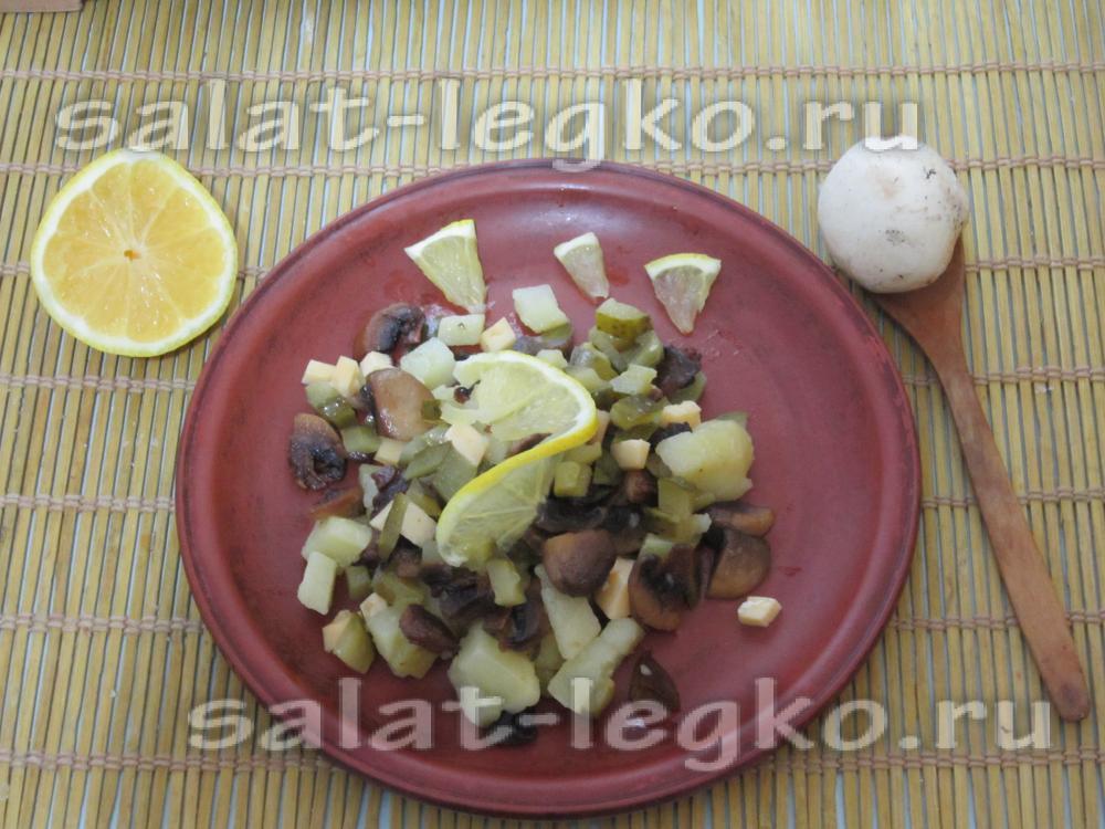 Приготовить салат с жареными грибами