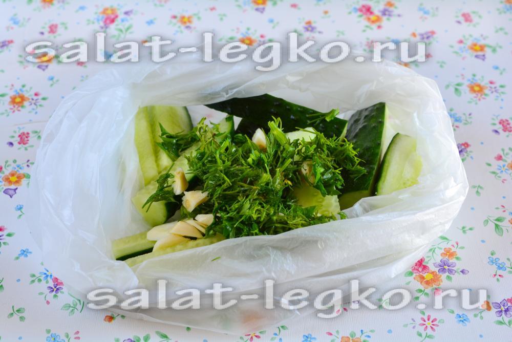Малосольные огурцы с чесноком и зеленью в рассоле