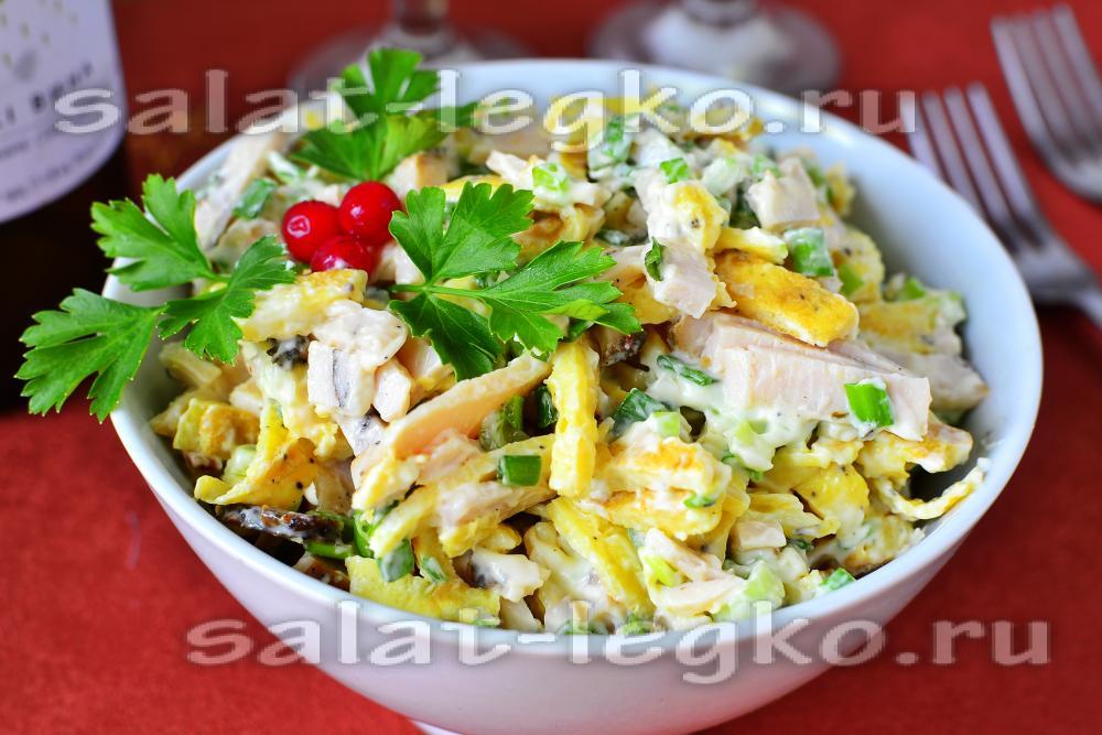 Салат с блинами и ветчиной и маринованным луком