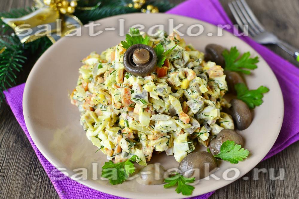 Салат с сухариками маринованными огурцами