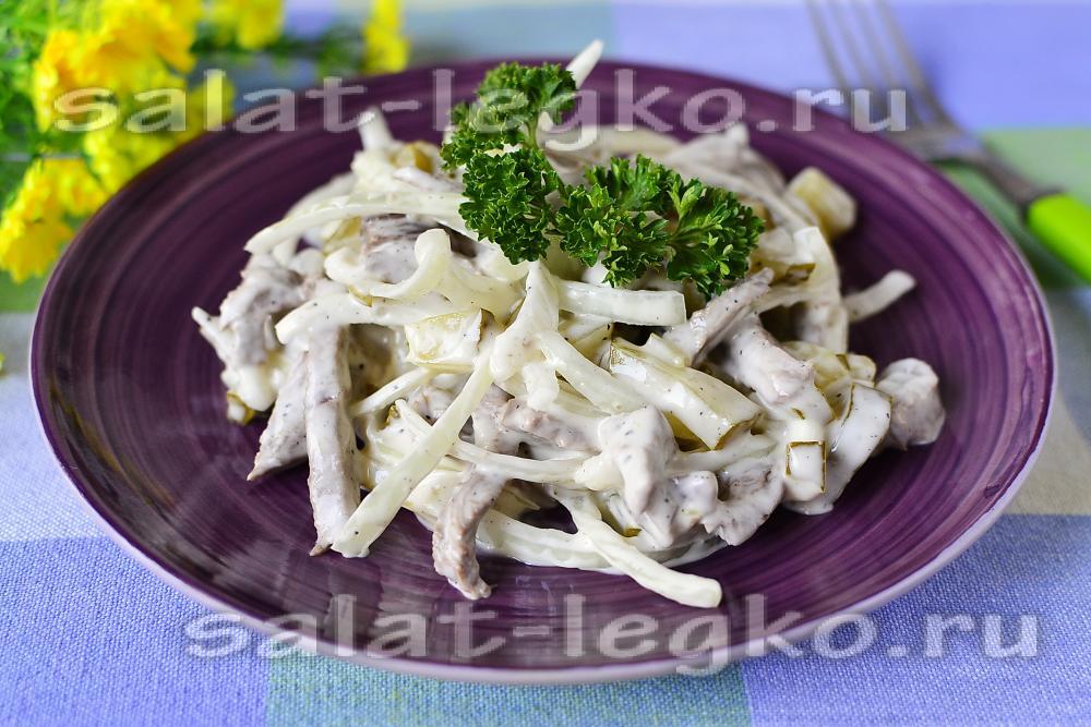салат с вареной говядиной и солеными огурцами