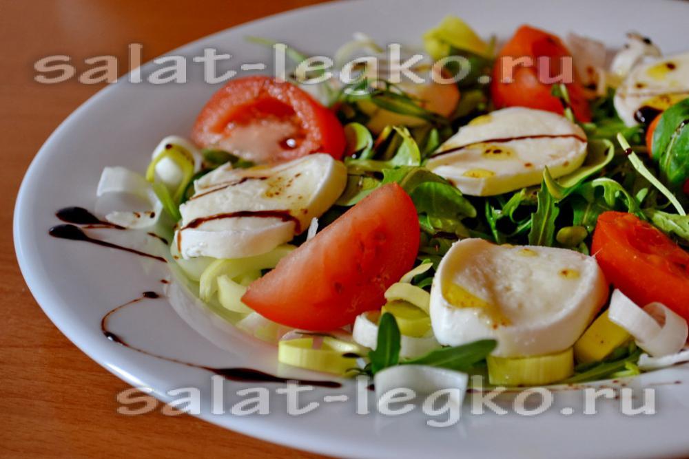 Салат с моцареллой и рукколой и креветками