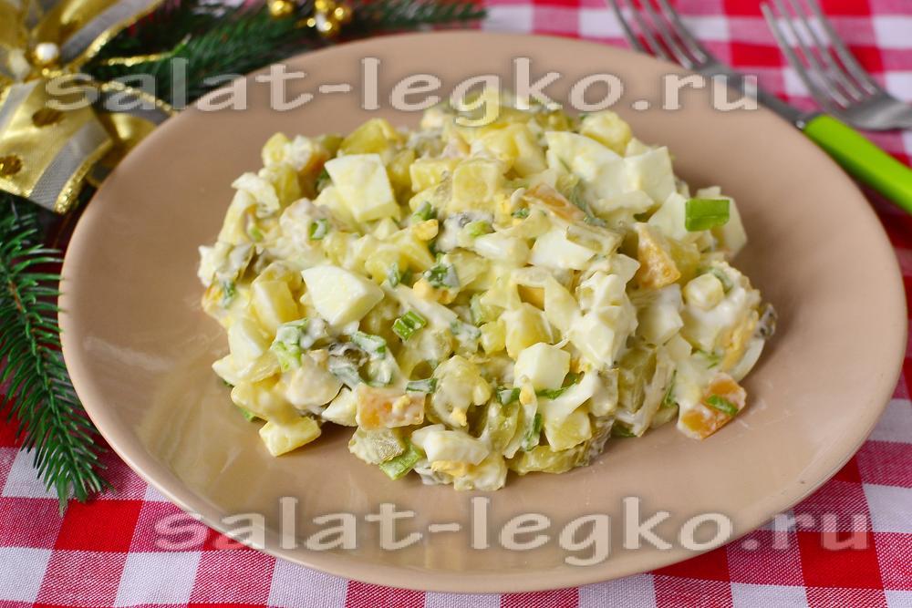 Салат с копченым кальмаром и огурцом