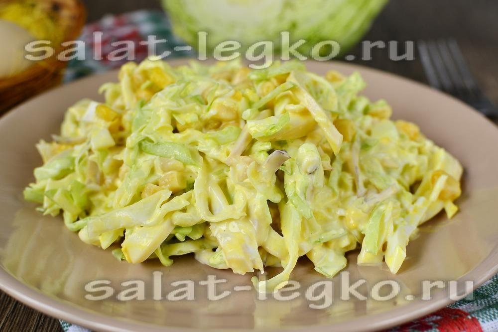 салат с кальмарами и луком и яйцом