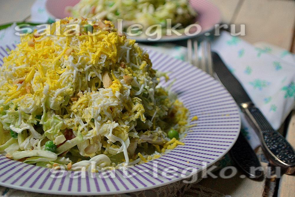 салат из капусты с копченой курицей и сухариками