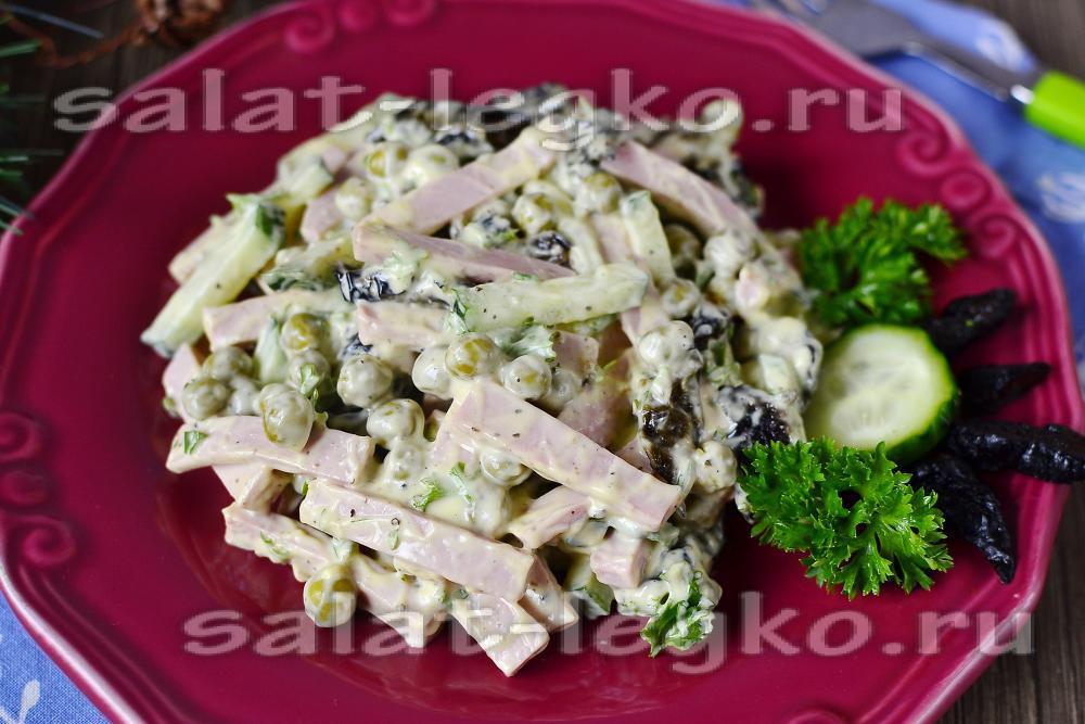Салат из грудки чернослива огурца