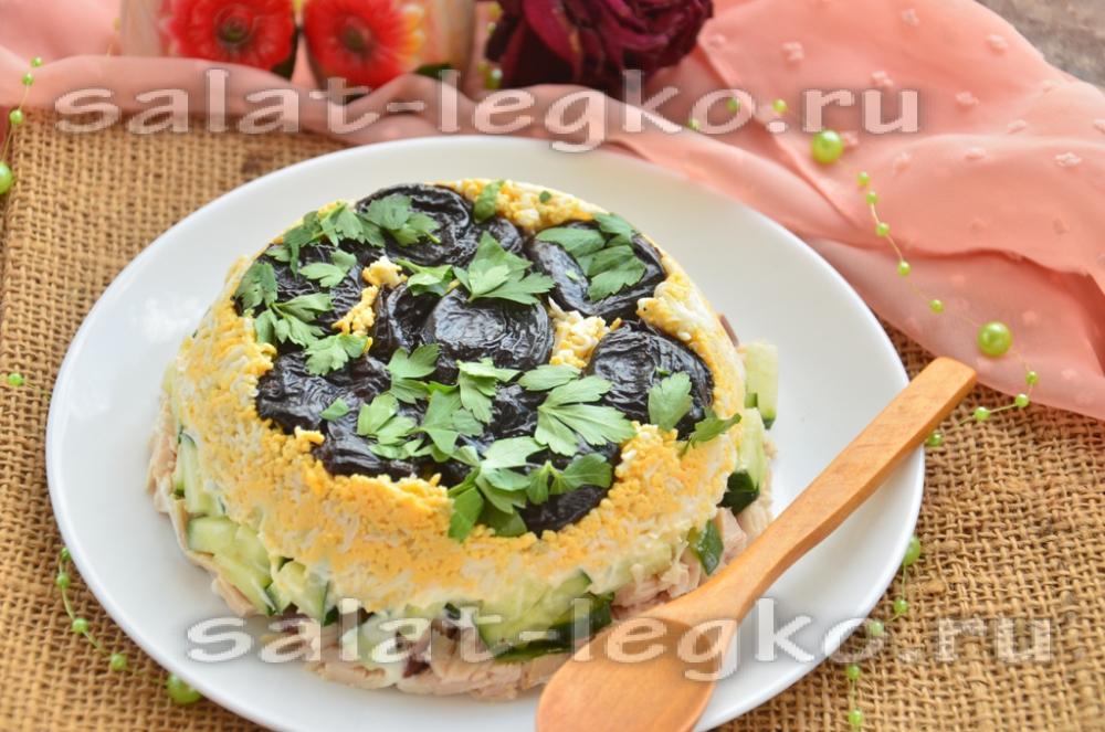 Салат с с курицей и черносливом