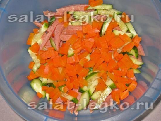 Добавляем морковь к остальным ингредиентам