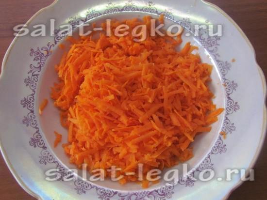 Потрите морковь на терке