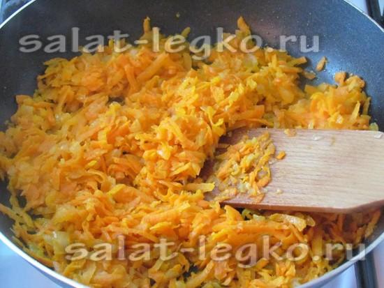 лук поджарьте и добавьте морковь