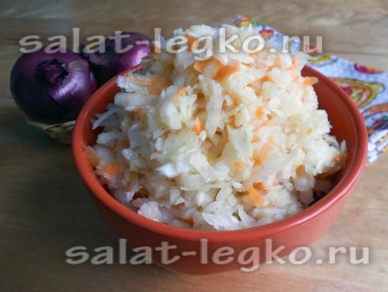 Соединить компоненты заправки и перемешать салат