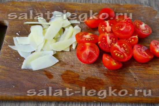 нарезать помидоры и сыр