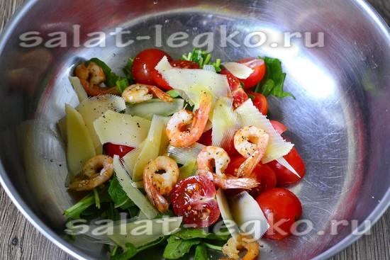 Складываем все ингредиенты в салатник.
