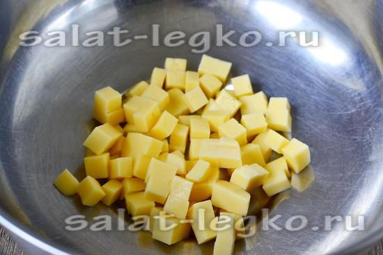 сыр нарезать кубиком