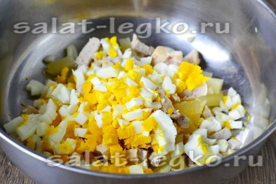 Отвариваем яйца и нарезаем