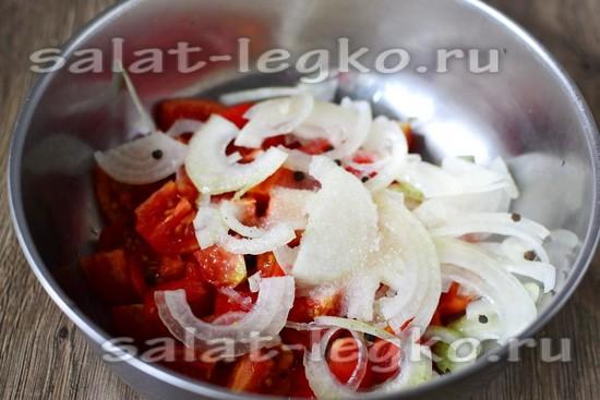 Добавляем лук к помидорам