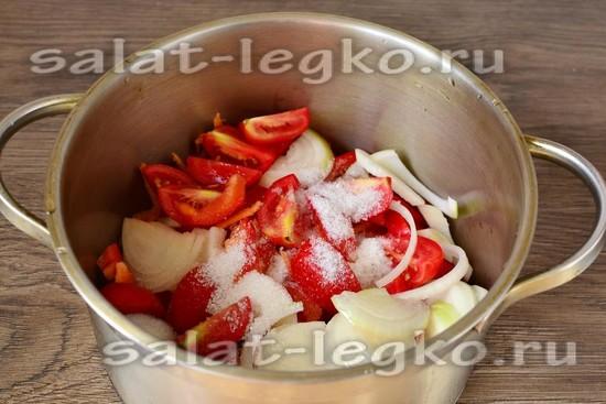 уложить овощи в кастрюлю
