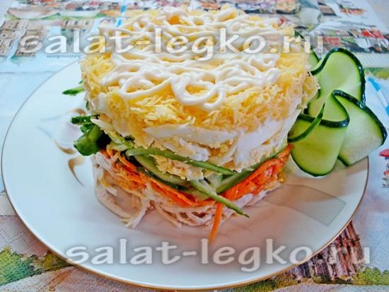 Украсить салат тонкими огуречными полосками