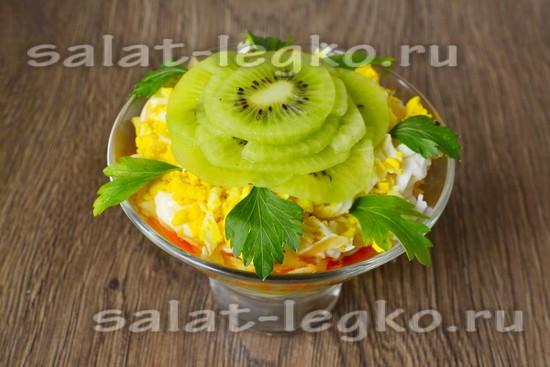 Украшаем салат слайсами из киви