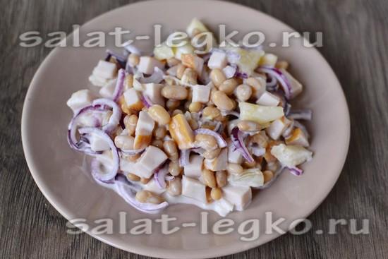 Салат с курицей, ананасом, фасолью и красным луком