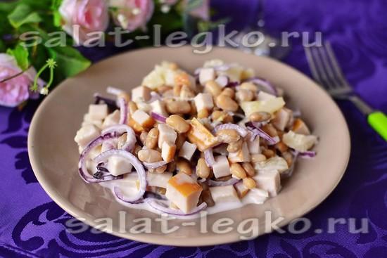 рецепт салата с курицей, ананасом, фасолью и красным луком