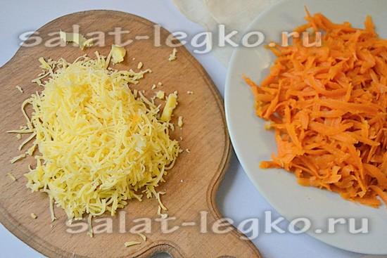 Натрите на мелкой тёрке твёрдый сыр и морковь