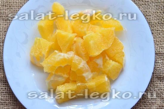 Апельсин очистить и нарезать