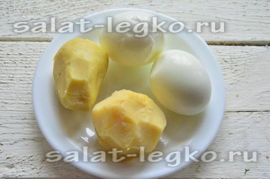 Сварите яйца и картофель, почистите